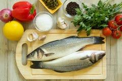 Verse zeebaars met groenten Stock Fotografie