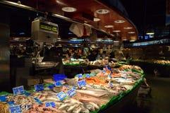 Verse zeevruchtentribune bij de markt van Barcelona Stock Foto's