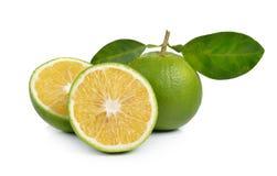 Verse zoete sinaasappel met bladeren op witte achtergrond Royalty-vrije Stock Afbeeldingen