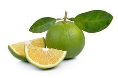 Verse zoete sinaasappel met bladeren op witte achtergrond Stock Afbeelding