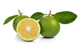 Verse zoete sinaasappel met bladeren op witte achtergrond Stock Afbeeldingen