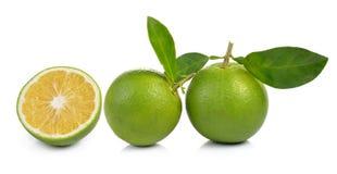 Verse zoete sinaasappel met bladeren op witte achtergrond Royalty-vrije Stock Fotografie