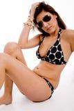 Versehen Haltung der tragenden Sonnenbrillen der reizvollen Frau mit Seiten Lizenzfreies Stockbild