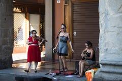 Versehen Sie das Spielen von Liedern auf einem Quadrat im Bologna, Italien mit einem Band lizenzfreies stockfoto
