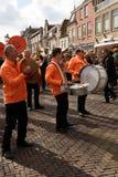 Versehen Sie die Ausführung an der orange Tagesparade, Hoorn, die Niederlande mit einem Band lizenzfreie stockfotografie