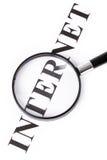 Versehen Sie Internet und Vergrößerungsglas mit einer Überschrift lizenzfreies stockbild