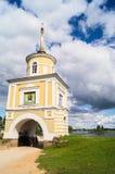 Versehen Sie Turm Svetlitskaya über dem Haupteingang in das Nilov-Kloster, Tver-Region mit einem Gatter Lizenzfreie Stockbilder