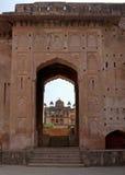 Versehen Sie von Raja Mahal zu Jehanghir Mahal mit einem Gatter Lizenzfreies Stockbild