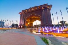 Versehen Sie zu den Emiraten den Palast in Abu Dhabi mit einem Gatter Stockfotografie