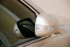 Versehen Spiegelauto mit Seiten Lizenzfreie Stockfotografie