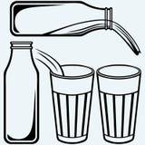 Versement d'un verre de lait et de bouteille à lait Image stock