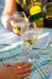 Versement d'un verre de vin Image stock