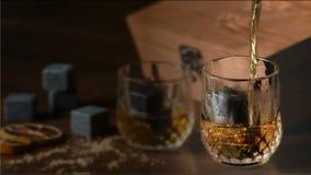 Versement d'un whisky écossais au verre sur les roches clips vidéos