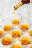 Versement de l'eau-de-vie fine ou du cognac Photographie stock