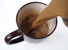 Versement du café à la maison fait dans une tasse Latte de Café image stock