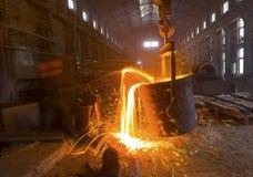 Versement du métal liquide photographie stock libre de droits