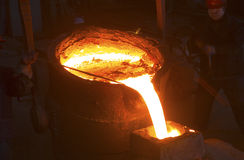 Versement du métal liquide photos libres de droits