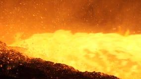 Versement du métal liquide dans le four Martin Versement chaud d'acier Pleuvoir à torrents du métal liquide dans l'atelier de fou Photo stock