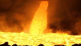Versement du métal liquide dans le four Martin Versement chaud d'acier Pleuvoir à torrents du métal liquide dans l'atelier de fou Photo libre de droits