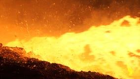 Versement du métal liquide dans le four Martin Versement chaud d'acier Pleuvoir à torrents du métal liquide dans l'atelier de fou Image libre de droits