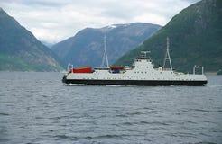 Versenden-Fähre im Fjord Stockfotos