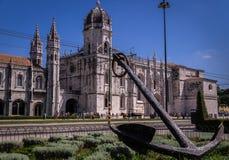 Versenden Sie ancor vor Jeronimos-Kloster in Lissabon, Portugal lizenzfreie stockbilder