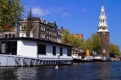 Versenden Sie auf dem Fluss und dem Turm im Hintergrund Lizenzfreie Stockfotografie
