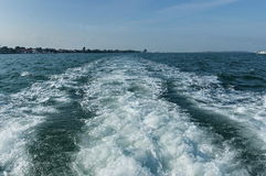 Versenden Sie Bahn in der venetianischen Lagune, Adreatic-Meer, Italien Lizenzfreie Stockfotos