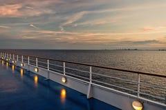 Versenden Sie Brett in Miami, USA im blauen Meer auf Abendhimmel Bord auf idyllischem Meerblick Wasserreise, Reise, Reise stockfotografie