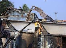 Versenden Sie den Unterbrecher-Schneidbrenner, der Teil INS Vikrant in Darukhana-Abwrackwerft demoliert (nahe hohe) Lizenzfreie Stockbilder