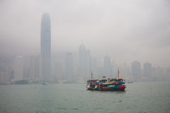 Versenden Sie in der Bucht auf dem Hintergrund von Wolkenkratzern Stockfotografie