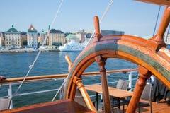 Versenden Sie Helm und eine Ansicht über Stockholm, Schweden Stockbilder