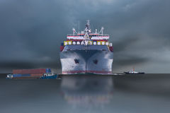 Versenden Sie mit Behälter im Dock auf solf blauem Himmel Lizenzfreie Stockfotografie