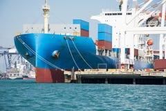 Versenden Sie mit Behälter im Dock auf solf blauem Himmel Stockfotografie