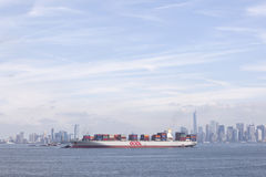 Versenden Sie mit bunten Behältern im Hafen nahe New York mit Blau Lizenzfreie Stockfotos