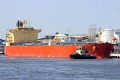 Versenden Sie mit Ladung auf dem Kiel-Kanal, Deutschland lizenzfreie stockfotografie