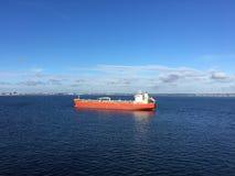 Versenden Sie mit Ladung auf dem Kiel-Kanal, Deutschland lizenzfreie stockbilder