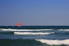 Versenden Sie mit Scharlachrot Segel im Meer (2). Stockfotos