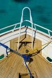 Versenden Sie Plattform mit blauem Seil und gelbem Seil Stockfoto