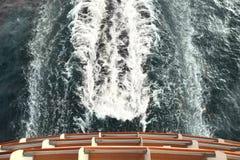 Versenden Sie Plattform und schleppen Sie mit Wellen und Schaumgummi im Ozean stockfotos