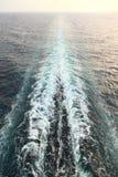 Versenden Sie Spur mit Wellen und Schaumgummi im Ozean stockfotos