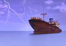 Versenden Sie unter einem Sturm. Stockfotografie