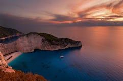 Versenden Sie Wrackstrand und Navagio-Bucht bei Sonnenuntergang Das berühmteste Naturdenkmal von Zakynthos, griechische Insel im  stockfotografie