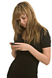 Versenden von SMS-Nachrichten der jungen Frau Stockfoto