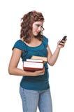 Versenden von SMS-Nachrichten der recht jungen Frau Lizenzfreie Stockfotos