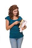 Versenden von SMS-Nachrichten der recht jungen Frau Lizenzfreie Stockbilder