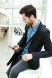 Versenden von SMS-Nachrichten des jungen Mannes Stockfotos
