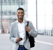 Versenden von SMS-Nachrichten des jungen Mannes am Handy Stockbilder