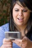 Versenden von SMS-Nachrichten-Klatsch Lizenzfreie Stockfotos