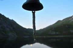 Versendet Glocke auf einem Hintergrund von Bergen Lizenzfreie Stockfotografie